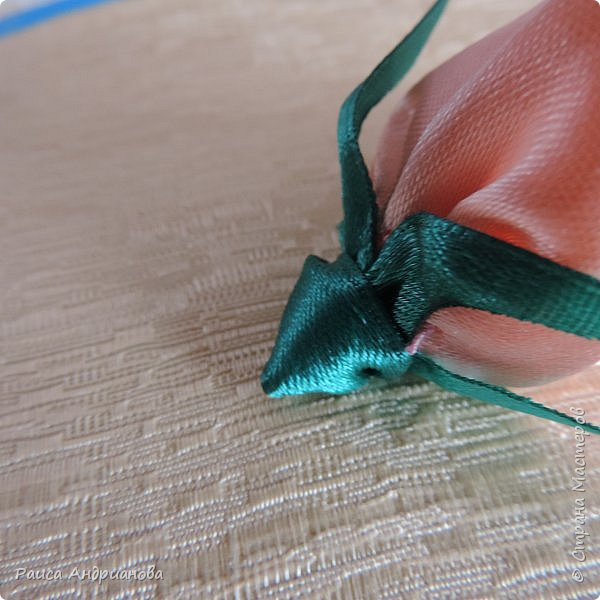 Возможно этот МК пригодится кому-то. Идея сбора лепестков взята из техники канзаши, а чашелистики и венчик додумывала сама . фото 17