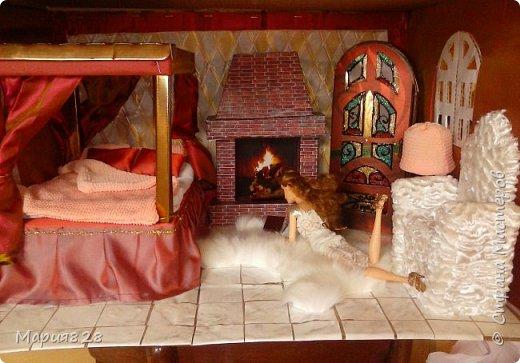 """В нашем кукольном домике уже есть камин в гостиной, но делался он настолько давно и столько новых идей с тех пор возникло, что в очередной раз встретив в интернете картинки с каминами я решила сделать свой. Тем более, что в интерьер где стоит кровать с балдахином и """"старинный"""" шкаф с витражными дверцами так и просился камин. Чтобы долгими сырыми вечерами, когда за окошком барабанит дождь и завывает ветер, можно было поваляться, на пушистой шкуре, перед камином с любимой книгой. фото 2"""