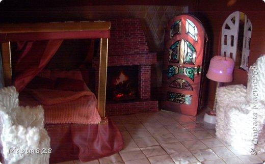 """В нашем кукольном домике уже есть камин в гостиной, но делался он настолько давно и столько новых идей с тех пор возникло, что в очередной раз встретив в интернете картинки с каминами я решила сделать свой. Тем более, что в интерьер где стоит кровать с балдахином и """"старинный"""" шкаф с витражными дверцами так и просился камин. Чтобы долгими сырыми вечерами, когда за окошком барабанит дождь и завывает ветер, можно было поваляться, на пушистой шкуре, перед камином с любимой книгой. фото 13"""