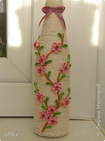 Здравствуйте!!!Вот я и решилась на декор бутылочки. Решила начать с простого варианта оформления-обмотка нитками и цветы (ветка сакуры по задумке)в технике квиллинг.  фото 1