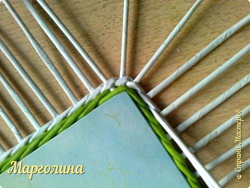И снова-Здравствуйте!Опытным мастерам этот материал вряд ли пригодится,а новички спрашивают часто-как сплести угол крышку для шкатулки.Первый ряд-я плету веревочку в 3 или в 4,или в 5,6 трубочек.Чем толще получилась заготовка для крышки,том выше я делаю бортик.Второй ряд-веревочка в 2 трубочки..... фото 5