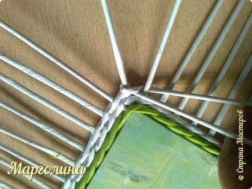 И снова-Здравствуйте!Опытным мастерам этот материал вряд ли пригодится,а новички спрашивают часто-как сплести угол крышку для шкатулки.Первый ряд-я плету веревочку в 3 или в 4,или в 5,6 трубочек.Чем толще получилась заготовка для крышки,том выше я делаю бортик.Второй ряд-веревочка в 2 трубочки..... фото 8