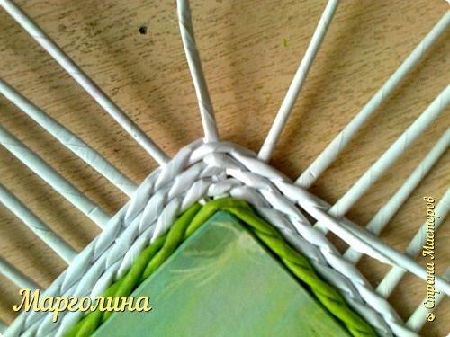 И снова-Здравствуйте!Опытным мастерам этот материал вряд ли пригодится,а новички спрашивают часто-как сплести угол крышку для шкатулки.Первый ряд-я плету веревочку в 3 или в 4,или в 5,6 трубочек.Чем толще получилась заготовка для крышки,том выше я делаю бортик.Второй ряд-веревочка в 2 трубочки..... фото 9