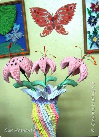 """Лилии были изготовлены учащейся творческого объединения """"Мастерим бумажный мир"""" Соловьёвой Александрой."""