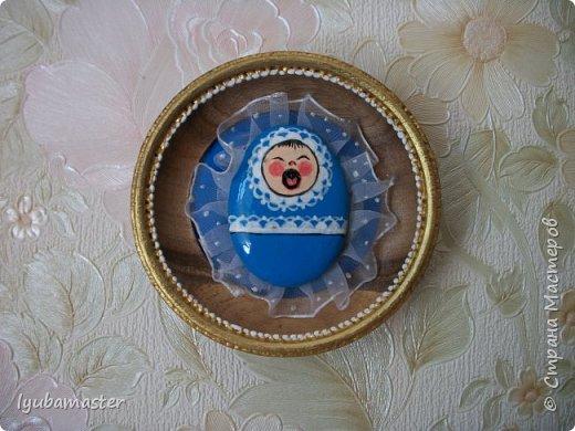 Здравствуйте дорогие Мастера. У меня  снова камЕшки.)))))) Треугольный по форме камешек расписала акриловыми красками. Фон- картон,  покрытый акриловой голубой краской и точками, используя контуры. Размер изделия в рамке 11,5 см.   Ф фото 2