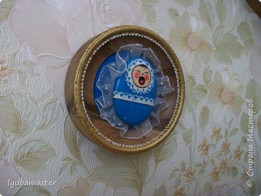 Здравствуйте дорогие Мастера. У меня  снова камЕшки.)))))) Треугольный по форме камешек расписала акриловыми красками. Фон- картон,  покрытый акриловой голубой краской и точками, используя контуры. Размер изделия в рамке 11,5 см.   Ф фото 3