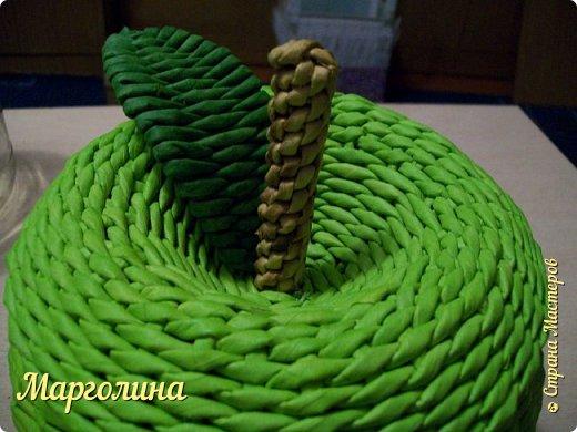 Мастер-класс Поделка изделие Плетение Как я плету крышечку для шкатулки Яблоко Небольшой МК Бумага Бумага газетная Трубочки бумажные фото 20