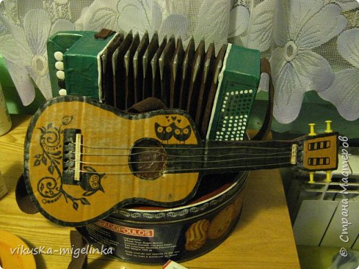 Одна знакомая кукольница попросила сделать гитару для мексиканца и баян для мужичка  в телогрейке, ушанке и на телеге, вот что у меня получилось )))