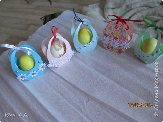 Вот так вот упаковывала яйца)) Спасибо за схемы корзиночек Ольге Качуровской (https://stranamasterov.ru/node/563953?c=favorite). Яйца красила карри и попробовала на 2-х декупаж белком. фото 1