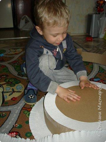 Мастер-класс Свит-дизайн День рождения Моделирование конструирование Торт из сладостей в детский сад Бумага гофрированная Картон гофрированный Клей Скотч фото 9