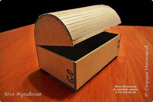 Мастер-класс Поделка изделие Картонаж Сундучок из картона с фактурой из фольги Картон гофрированный Клей Краска Фольга фото 6