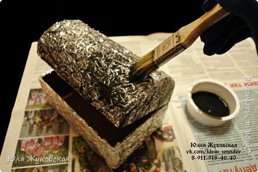 Мастер-класс Поделка изделие Картонаж Сундучок из картона с фактурой из фольги Картон гофрированный Клей Краска Фольга фото 10