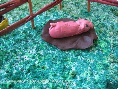 Вот такую усадьбу мы сделали на конец года на кружке. площадь усадьбы - это большая потолочная плитка. травка - крашеная манка. Тропинка засыпана настоящим песком.  фото 9