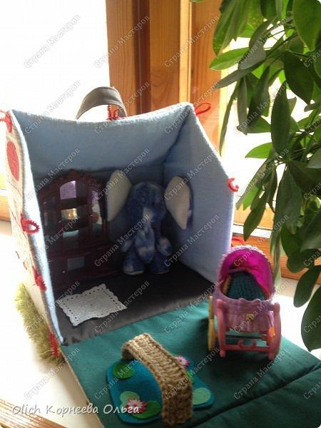 Давно хотела сшить домик-сумку для младшей доченьки. Это многофункциональная игрушка: можно использовать как сумку для переноски игрушек, можно играть дома и в дороге, все что нужно убрать внутрь и ничего не потеряется. Такой дом отлично развивает воображение. фото 39