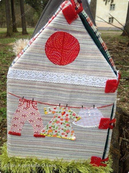 Давно хотела сшить домик-сумку для младшей доченьки. Это многофункциональная игрушка: можно использовать как сумку для переноски игрушек, можно играть дома и в дороге, все что нужно убрать внутрь и ничего не потеряется. Такой дом отлично развивает воображение. фото 26