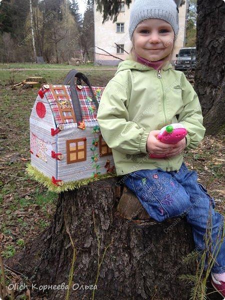 Давно хотела сшить домик-сумку для младшей доченьки. Это многофункциональная игрушка: можно использовать как сумку для переноски игрушек, можно играть дома и в дороге, все что нужно убрать внутрь и ничего не потеряется. Такой дом отлично развивает воображение. фото 41
