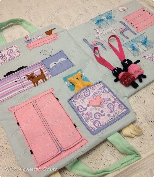 Давно хотела сшить домик-сумку для младшей доченьки. Это многофункциональная игрушка: можно использовать как сумку для переноски игрушек, можно играть дома и в дороге, все что нужно убрать внутрь и ничего не потеряется. Такой дом отлично развивает воображение. фото 42