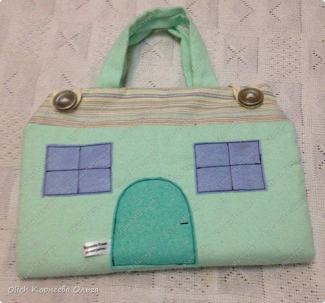 Давно хотела сшить домик-сумку для младшей доченьки. Это многофункциональная игрушка: можно использовать как сумку для переноски игрушек, можно играть дома и в дороге, все что нужно убрать внутрь и ничего не потеряется. Такой дом отлично развивает воображение. фото 48