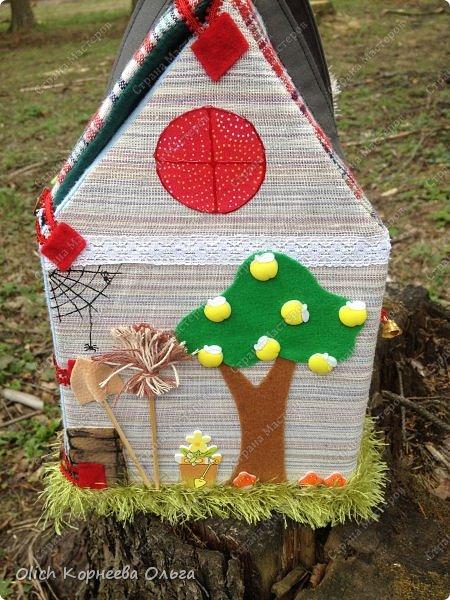 Давно хотела сшить домик-сумку для младшей доченьки. Это многофункциональная игрушка: можно использовать как сумку для переноски игрушек, можно играть дома и в дороге, все что нужно убрать внутрь и ничего не потеряется. Такой дом отлично развивает воображение. фото 32