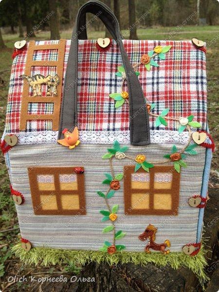 Давно хотела сшить домик-сумку для младшей доченьки. Это многофункциональная игрушка: можно использовать как сумку для переноски игрушек, можно играть дома и в дороге, все что нужно убрать внутрь и ничего не потеряется. Такой дом отлично развивает воображение. фото 2