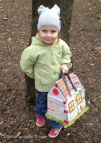 Давно хотела сшить домик-сумку для младшей доченьки. Это многофункциональная игрушка: можно использовать как сумку для переноски игрушек, можно играть дома и в дороге, все что нужно убрать внутрь и ничего не потеряется. Такой дом отлично развивает воображение. фото 1