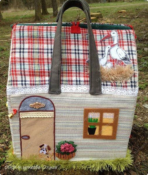 Давно хотела сшить домик-сумку для младшей доченьки. Это многофункциональная игрушка: можно использовать как сумку для переноски игрушек, можно играть дома и в дороге, все что нужно убрать внутрь и ничего не потеряется. Такой дом отлично развивает воображение. фото 3