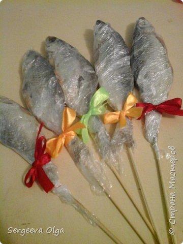 Здравствуйте, уважаемые Мастера и Мастерицы! Увидела в Интернете букет из сушеной рыбы как вариант подарка для мужчины, решила сделать, а заодно поделиться процессом изготовления. фото 5