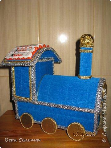 Вот такой паровозик сделала племяннику на день рождения. Он очень любит поезда. Делала вот по этой фотографии http://gallery.ru/watch?ph=bsPP-fK3oB, только конфет взяла поменьше. фото 2