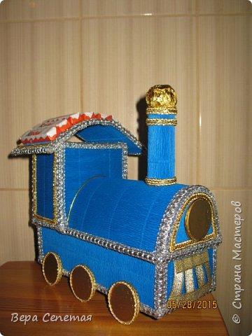 Вот такой паровозик сделала племяннику на день рождения. Он очень любит поезда. Делала вот по этой фотографии http://gallery.ru/watch?ph=bsPP-fK3oB, только конфет взяла поменьше. фото 1