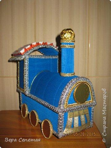 Вот такой паровозик сделала племяннику на день рождения. Он очень любит поезда. Делала вот по этой фотографии http://gallery.ru/watch?ph=bsPP-fK3oB, только конфет взяла поменьше. фото 4