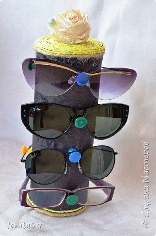 """Всем доброго настроения! Это мой первый МК,конструктивной критике всегда рада,но не судите слишком строго. Если у вас,как и у меня,проблема с очками...которые носятся каждый день,и у мужа и сына и у меня их несколько,то как их расположить в прихожей?Ведь бардака мы не хотим?!!!Для начала я в коробку сложила те очки,которые берём реже. А вот для """"носибельных"""" придумалась такая штука! фото 1"""