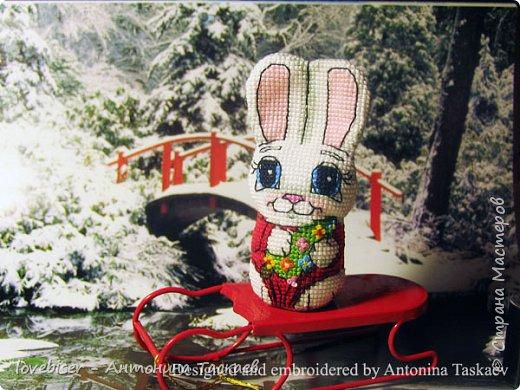 С 2007 года я вышиваю крестиком игрушки. Вначале это были просто двухстороннние игрушки, потом я придумала как добавить к ним устойчивое донышко. С тех пор каждый год делаю минимум по 1 игрушке в год, поскольку основная серия у меня это символы Восточного Гороскопа. Но иногда делаю и не только символы-животных. Однажды, к примеру, я сделала вот такую милую Снегурочку. Схемы разрабатываю сама. фото 3