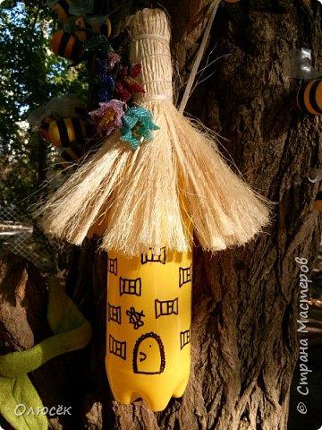 Такой улик и рой пчел сделали с мужем доченьке в садик для площадки еще в прошлом году.  Улик - это двухлитровый пак от сока, обернутый золотистой подарочной бумагой. Крыша - сетка от букета цветов (как правильно называется- не знаю). Пчелки - желтки от киндеров, полоски -черная изолента, крылышки - из пластиковых бутылок. Раскрашено перманентным маркером. фото 5