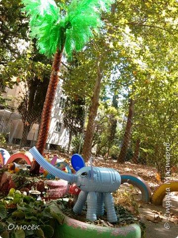 Площадка. Да, в прошлом году мы еще делали пальму, но в этом году решили ее укоротить, т.к. сильными зимними ветрами ее погнуло. Зато теперь у нашей пальмы есть две детки! Фото выложу как-нибудь попозже.