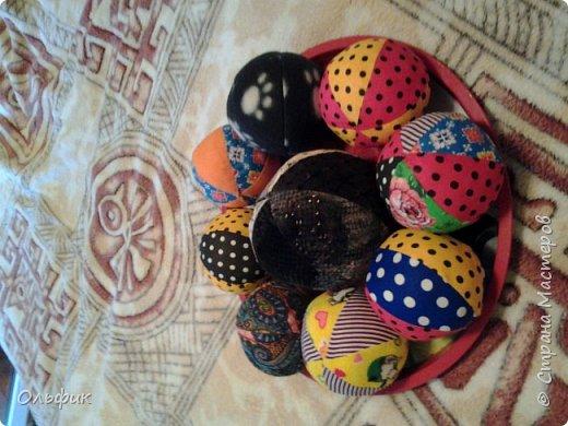 Вот такие разноцвнтные мячики! Набиты синтепоном, внутри каждого- яицо (желтый контейнер от киндер-сюрприза), в яйце различные мелкие предметы- гвоздики, горох, бусинки, пуговки... Каждый  мячик имеет свой звук. Один из них наполнен щелестящим пакетом, тоже интересно.