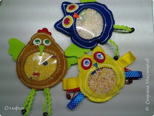 """Пошились вот такие развивающие игрушки для малышей """"Искалочки"""". Сшиты из плотной ткани, внутри рис, мелкие предметы (бусенки, фигурные пуговки, стеклянные шарики). Малыш перебирает пальчиками, ищет среди риса малкие игрушечки. Это очень приятно и развивает мелкую моторику!  Еще нашиты ленточки, бусинки, пуговки, все это малыши очень любят теребить и пробовать на вкус. Главное все крепко пришить!"""