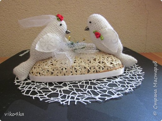 Подарок на свадьюу(подставка для колец)
