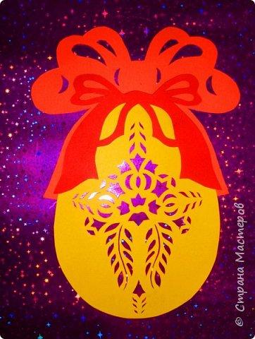 Новый год - самый яркий из всех праздников в году. А вот новогодние вытынанки делают из бумаги одного цвета, обычно белого, иногда добавляя фон другого цвета. Но мне захотелось сделать их яркими, новогодними. За основу взял обычные вытынанки из интернета. Новогодние вытынанки. фото 32
