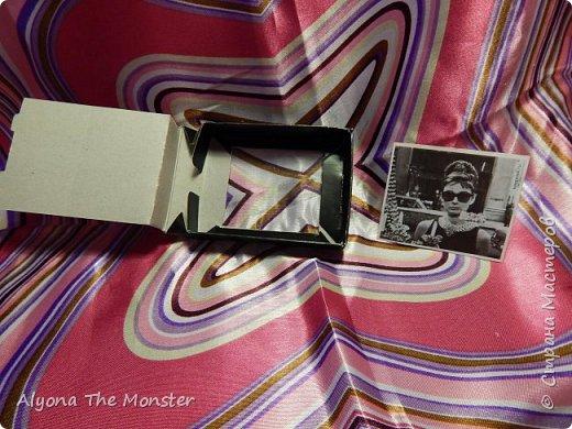 Привет. Сегодня я расскажу и покажу вам кукольный телевизор. Он необычный, в нём могут меняться картинки. Сделан этот телевизор из коробочки от бижутерии, прозрачного пластика и картинок из журналов. Сейчас телевизор выключен. фото 6