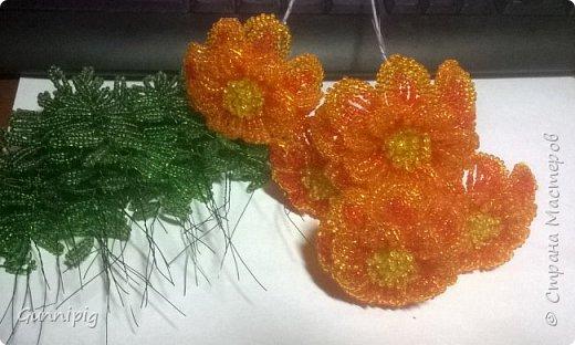 Итак. Дорогие мои. Лето уже наступило, везде и всюду цветут и пахнут очень симпатичные цветочки-солнышки. Это бархатцы (бархотки), кто как привык) И я вам предлагаю МК с пошаговым фото, по плетению этих летних цветочков. Ну, поехали) фото 29