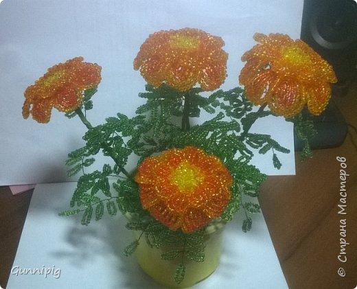 Итак. Дорогие мои. Лето уже наступило, везде и всюду цветут и пахнут очень симпатичные цветочки-солнышки. Это бархатцы (бархотки), кто как привык) И я вам предлагаю МК с пошаговым фото, по плетению этих летних цветочков. Ну, поехали) фото 37