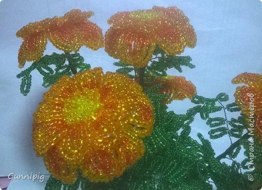 Итак. Дорогие мои. Лето уже наступило, везде и всюду цветут и пахнут очень симпатичные цветочки-солнышки. Это бархатцы (бархотки), кто как привык) И я вам предлагаю МК с пошаговым фото, по плетению этих летних цветочков. Ну, поехали) фото 40