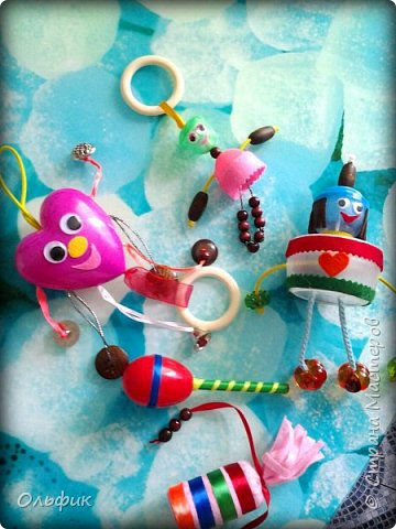 Вот такие игрушки погремушки получились у меня из разных баночек, резинок,  ленточнк, бусинок!