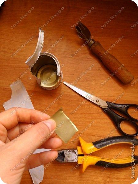 Всем привет!Хочу поделиться своей идеей.Авось кому пригодится.Для работы нам понадобятся:жестянка от детского питания Тема,пластиковоя коробка от двд диска,пасатижи,открывашка,кусачки,клей,ножницы,зажигалка,шило.(а еще картон и разный тонкий пластик например от селедочной крышки,гуашь и лак:см красный анкер)Не знаю,может кому будет проще купить фурнитуру,но своими руками по моему душевнее. фото 3