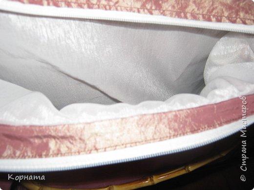 Доброго времени суток, дорогие друзья! Сшила сегодня себе летнюю сумочку, очень хотела льняную, но как оказалось весь лен забыла на даче..((( Пришлось изыскивать из тряпочек, что были дома. А то ж я такая, мне НАДА и все тут, а то желание пропадет и опять я без сумки останусь.Нет, сумки у меня есть, но ТАКОЙ нет, а хотца!))) Порывшись в своих тряпочках, нашла кусочек портьерной ткани, она такая жатая и двусторонняя, а на ощупь вроде как плащевку напоминает, в общем девать её все равно некуда, а вот на сумку - самый оно! Ручки конечно к ней не подходят( для льняной были приготовлены), но пока так, куплю другие поменяю. фото 8