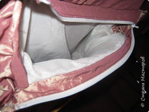 Доброго времени суток, дорогие друзья! Сшила сегодня себе летнюю сумочку, очень хотела льняную, но как оказалось весь лен забыла на даче..((( Пришлось изыскивать из тряпочек, что были дома. А то ж я такая, мне НАДА и все тут, а то желание пропадет и опять я без сумки останусь.Нет, сумки у меня есть, но ТАКОЙ нет, а хотца!))) Порывшись в своих тряпочках, нашла кусочек портьерной ткани, она такая жатая и двусторонняя, а на ощупь вроде как плащевку напоминает, в общем девать её все равно некуда, а вот на сумку - самый оно! Ручки конечно к ней не подходят( для льняной были приготовлены), но пока так, куплю другие поменяю. фото 9