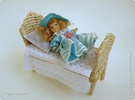 Кроватка для куколки. Газетная полоса 9 см, спица 2 мм.