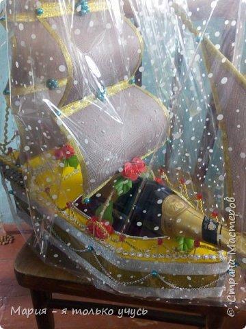 Первый корабль. Презент внутри корабля. На мой взгляд, можно было добавить конфет ( по краю бортика ). Но понравился всем именно такой вариант.  фото 2