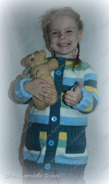 Здравствуйте. Сегодня хочу поделиться с вами моим опытом вязания детской кофты с рукавом реглан. Для тех, кто не умеет вязать или имеет небольшой опыт в вязании, скажу сразу, что я только осваиваю вязание. Поэтому и выбрала этот простой способ расчета петель и вязания кофты. Кроме того изделия для детей вязать быстрее и легче. Я постараюсь максимально подробно рассказать и показать как связать подобную кофту. Я вязала для младшей дочки, но данная модель подойдет и мальчишке. Поэтому кто еще сомневается в своих силах. откиньте все сомнения, берите в руки спицы и начинайте вязать. фото 49