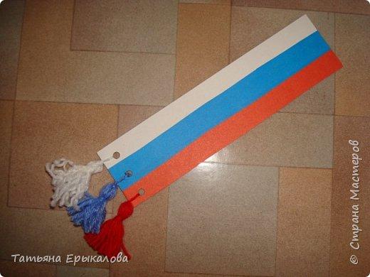 В честь Дня России мы решили с воспитанниками нашей группы ( 4 - 6 лет) сделать закладки для книг, взяв за основу три цвета нашего флага. фото 1